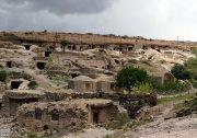 میمند شهربابک؛ روستایی صخرهای در کرمان