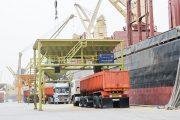 تخلیه بار کشتی ۳۳هزارتنی شکرخام در بندرامام