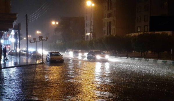 بارش شدید باران موجب بسته شدن بخشی از جاده ساحلی اهواز شد